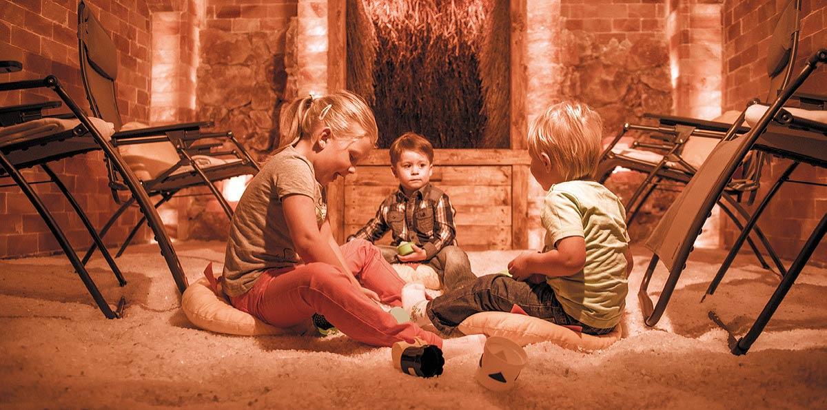 Kinder spielen in der SalzLounge